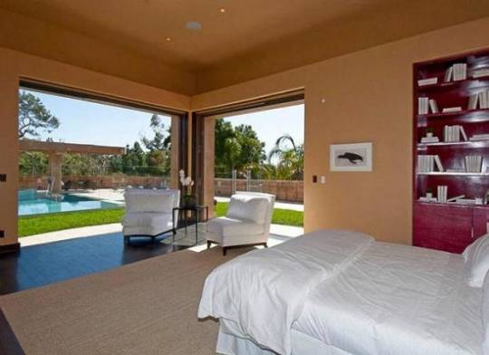 Rihanna buys $12 million Pacific Palisade mansion