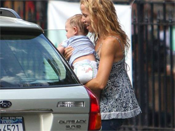 Though fashionable in her tastes, when it comes to day-to-day driving, the songster Sheryl Crow prefers the practical Subaru Outback and has been seen driving around on several occasions, with her chi