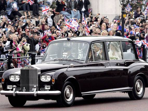 Kate Middleton reached the venue of her royal wedding with Prince William accompanied by her father in a metallic black Rolls-Royce Phantom VI.