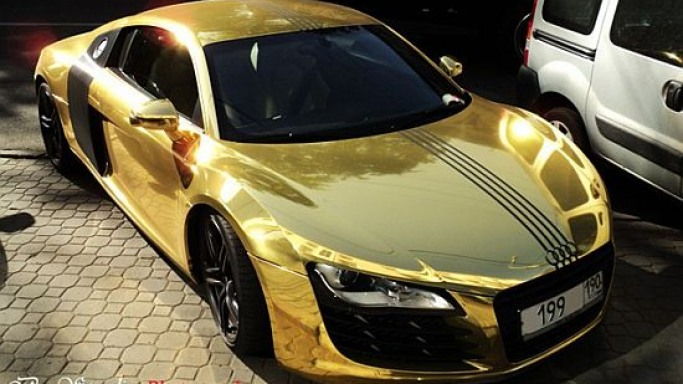 Gold-wrapped Audi R8 supercar spotted in Moscow
